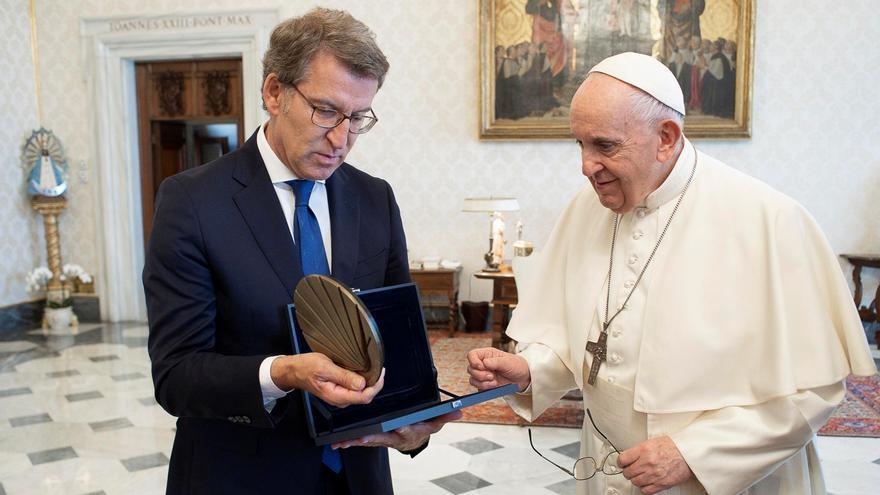 """Feijóo invita al papa a Santiago y le asegura que """"hacer el Camino es seguro"""""""