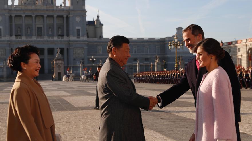 Los reyes reciben en el Palacio Real al presidente chino, Xi Jinping, y a su esposa, Peng Liyuan