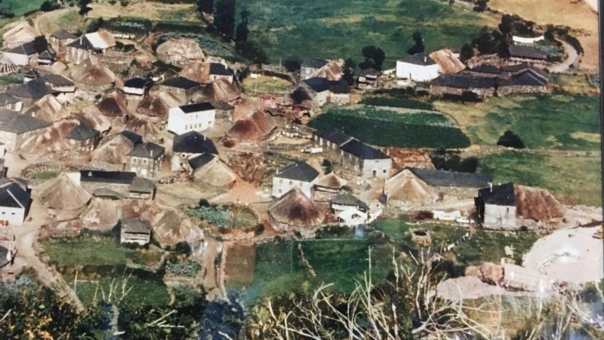 Localidad de Balouta, sembrada de pallozas, al comienzo de las obras de la carretera de Ancares en 1979.