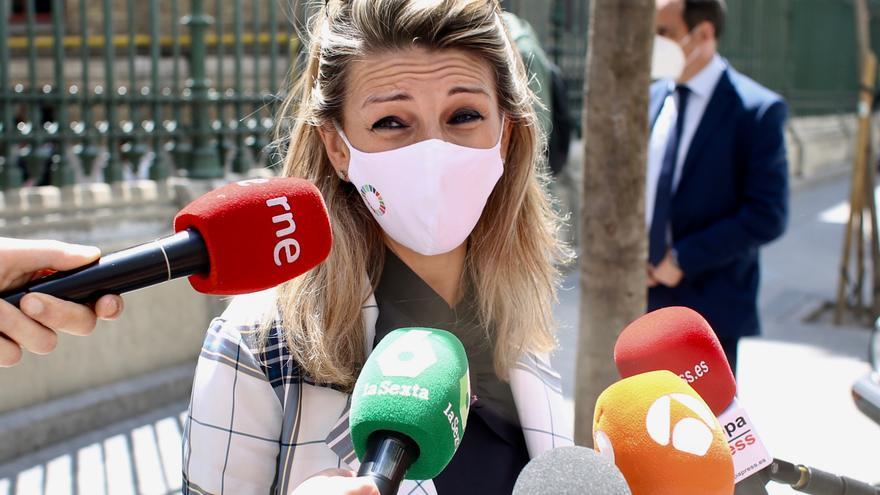 La vicepresidenta tercera y ministra de Trabajo, Yolanda Díaz, ofrece declaraciones a los medios de comunicación tras ejercer su derecho a voto en la Escuela Técnica Superior de Ingenieros de Minas y Energía, a 4 de mayo de 2021, en Madrid (España).