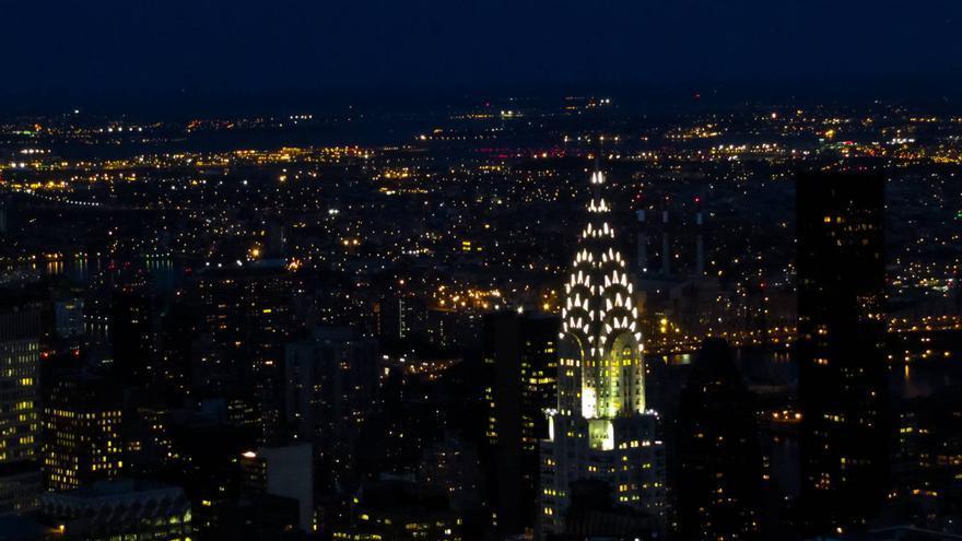 La cúspide del Chrysler Building brilla en la oscuridad. Vista desde el Empire State. GRACIELA BERRINO