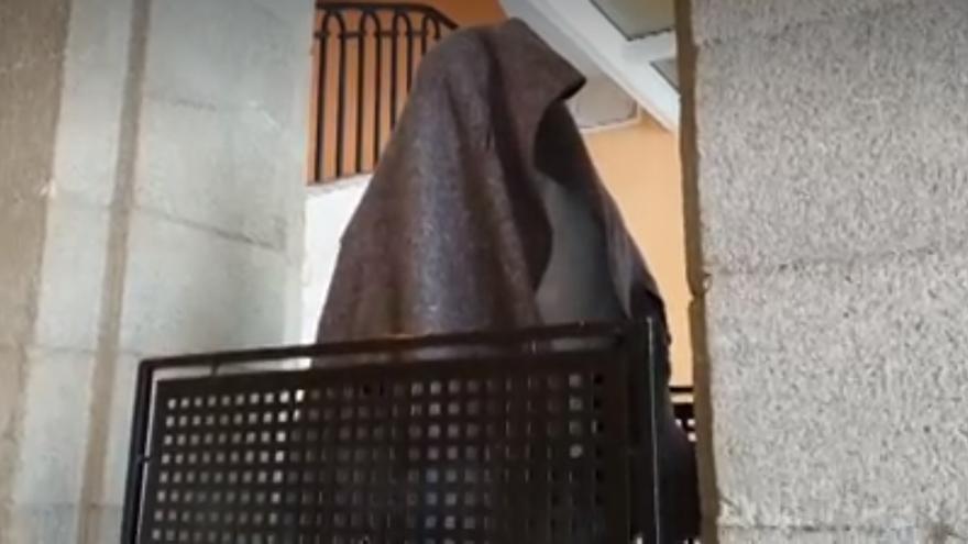 Estatua de Víctor Ochoa, tapada y en el hueco de una escalera/ Imágenes de La Sexta