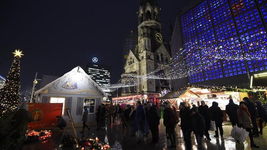 Los feriantes de Berlín recuerdan a las víctimas del atentado contra el mercado navideño