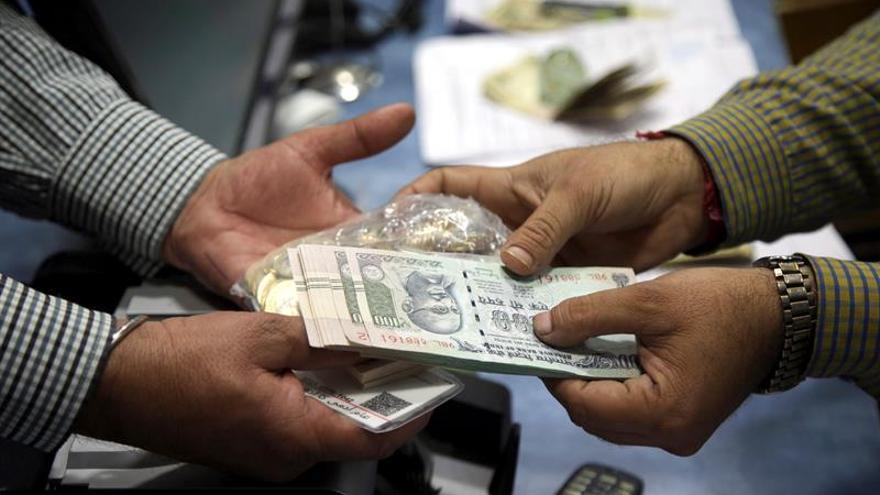 El Gobierno indio utilizará tinta permanente para evitar el cambio ilegal de dinero