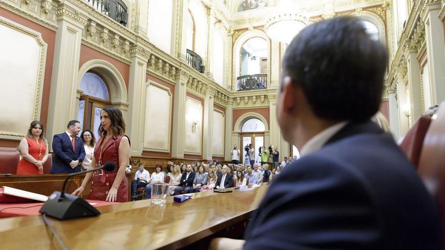 José Manuel Bermúdez, alcalde saliente, mira atentamente a Patricia Hernández, la regidora elegida
