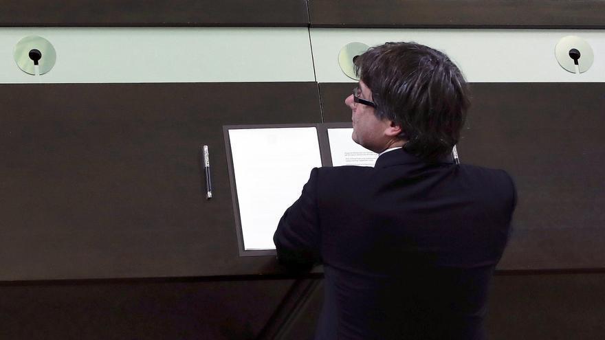 Puigdemont firma en el Parlament un documento de constitución de la reforma catalana junto a los diputados independentistas