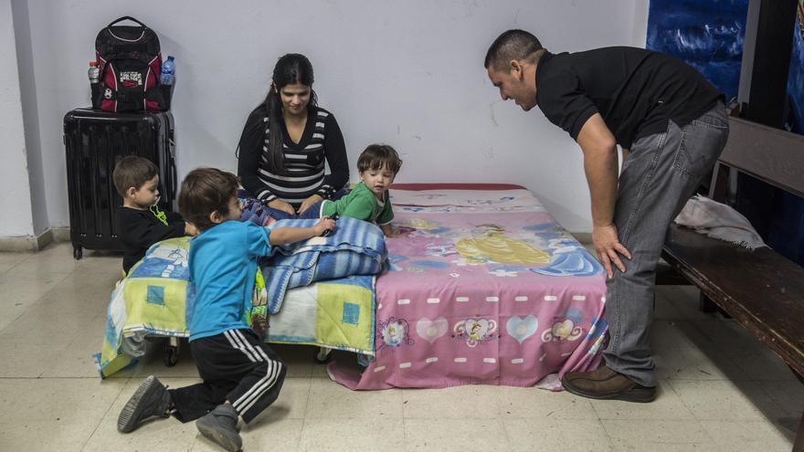 Una de las familias acogidas en la Parroquia San Carlos Borromeo / Olmo Calvo