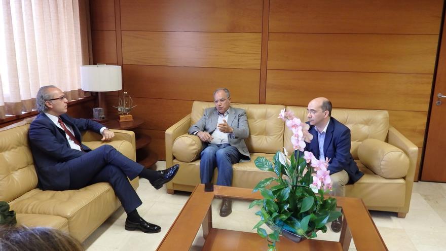 El consejero de Sanidad del Gobierno de Canarias, Jesús Morera, durante la reunión mantenida con el presidente del Cabildo de La Gomera, Casimiro Curbelo.