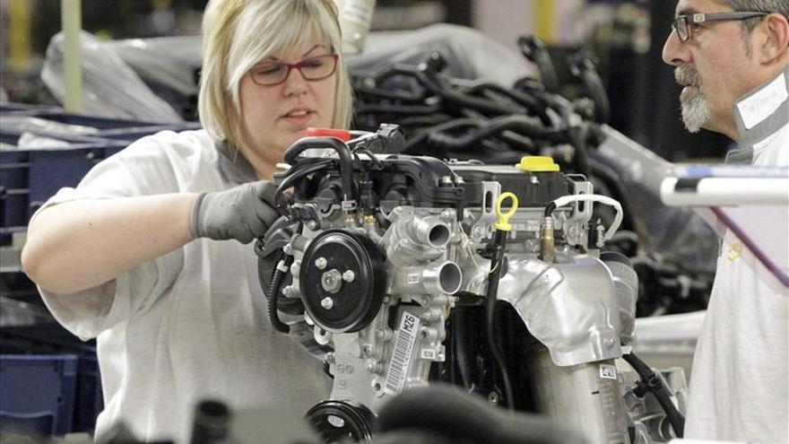 Una mujer y un hombre trabajan en una fábrica / Foto: Efe.