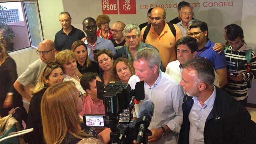 Ángel Victor Torres (derecha), junto a Sebastián Franquis tras conocer los resultados.