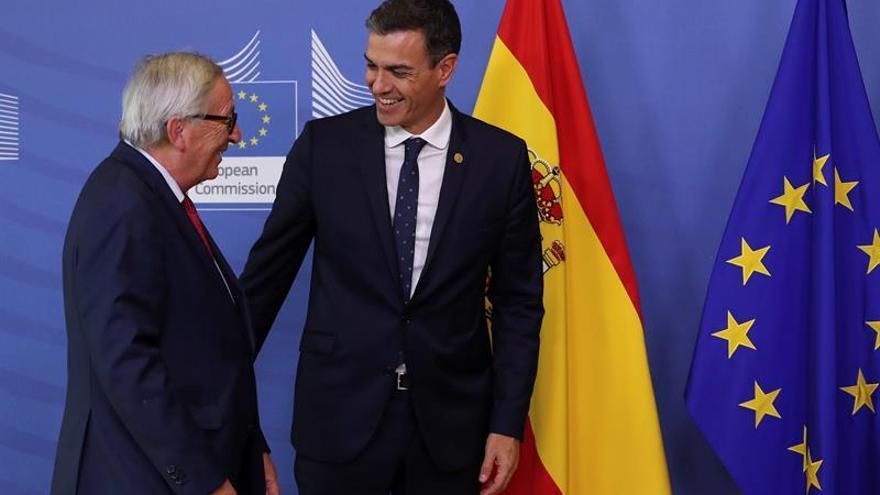 """Sánchez traslada a Juncker la """"cooperación"""" y """"compromiso"""" de España con la UE"""