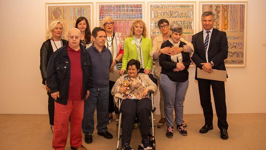Cinco usuarios del CAD de Sierrallana con discapacidad intelectual muestran sus pinturas en el CASYC