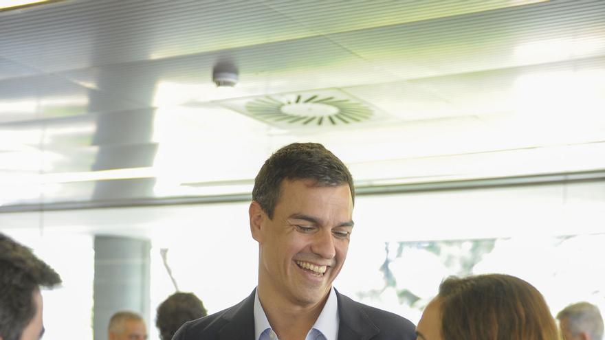 Pedro Sánchez junto a la alcaldesa de Getafe y candidata a las primarias del PSM, Sara Hernández, en un acto celebrado con alcaldes el jueves 23 de julio en Madrid / Foto: Flicker PSOE