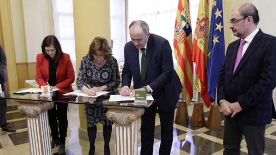 Momento de la firma del convenio con el presidente de Aragón a la derecha.