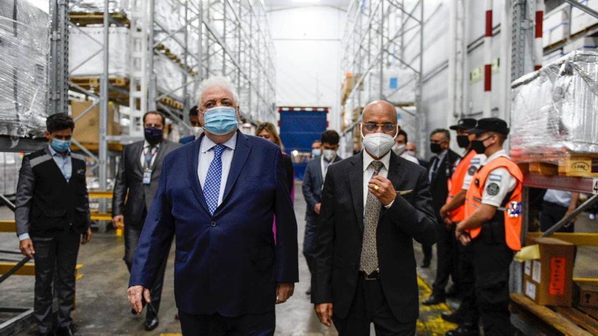El ministro de Salud, Ginés González García, en el aeropuerto de Ezeiza con las vacunas llegadas de India