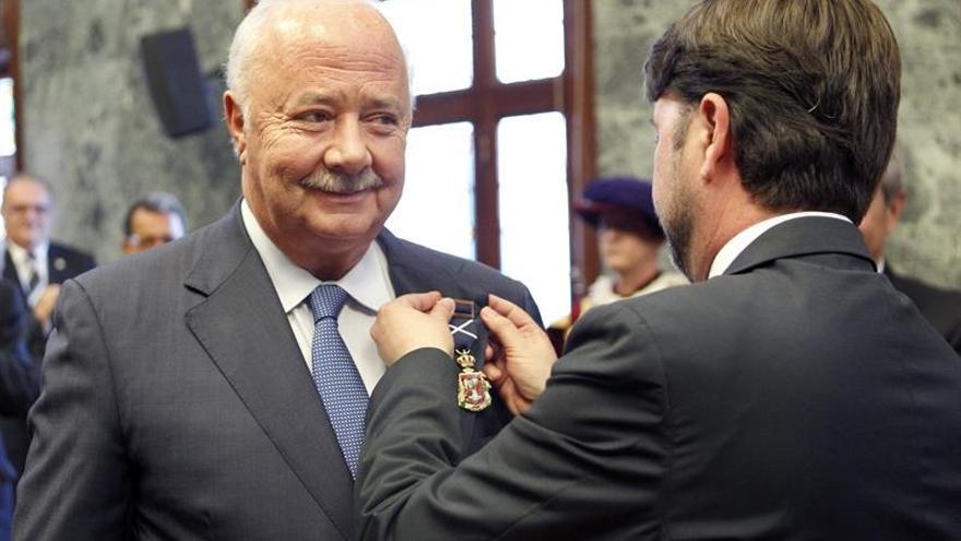 Momento en el que Ricardo Melchior recibe la medalla de manos del actual presidente del Cabildo. Efe