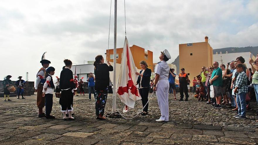 Un momento de la izada de la bandera. Foto. JOSÉ AYUT.