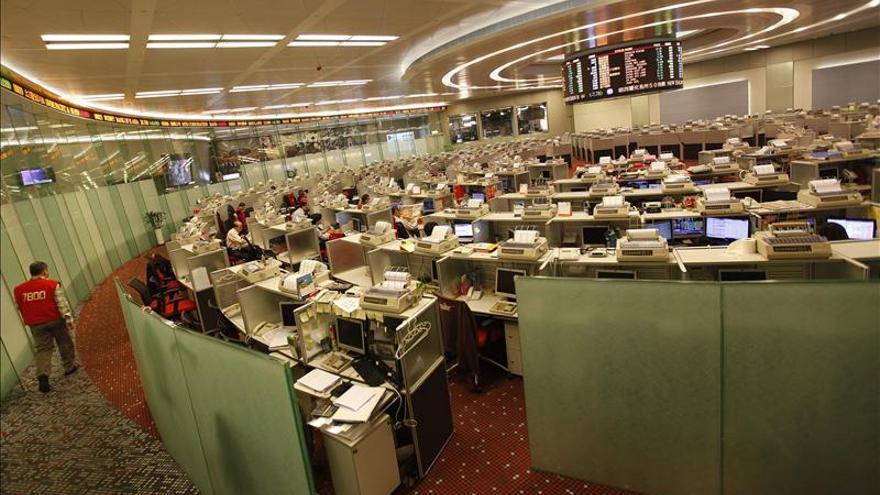 Hong Kong pierde un 0,1 por ciento a media sesión