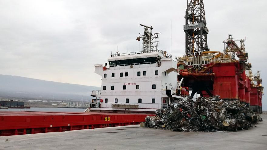 El navío de bandera panameña 'Y. Dadayli', atracado en la instalación sureña