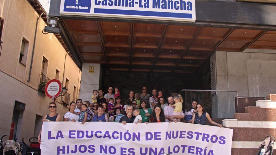 Familias afectadas ante la sede de la Delegación de la Junta en Guadalajara