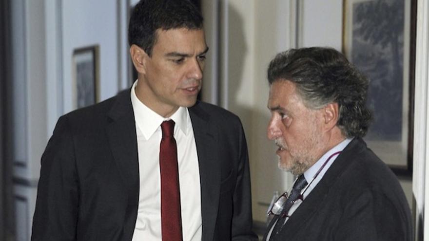 Pedro Sánchez, conversa con el exseleccionador nacional de baloncesto Pepu Hernández, antes de un acto en 2014