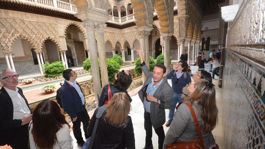 Guía turístico en el Alcázar de Sevilla.