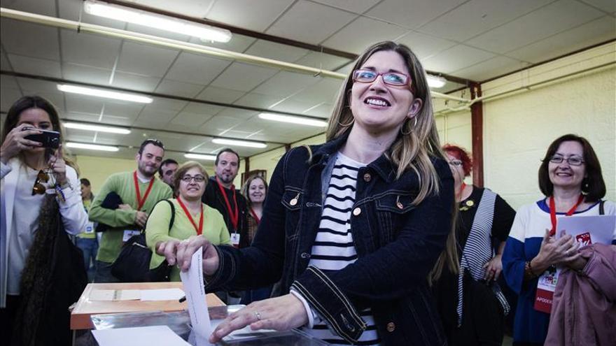 Raquel López (IU) espera hora y media para poder votar ante las cámaras