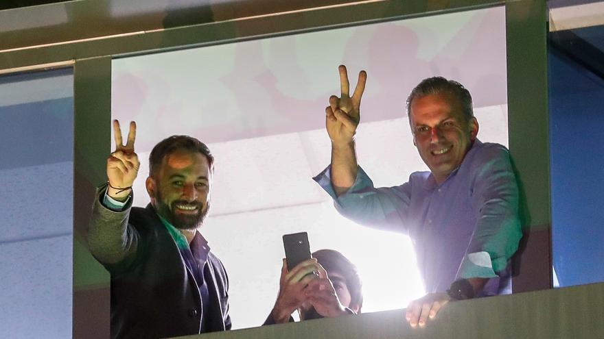 Abascal y Ortega Smith saludan a sus partidarios en la noche electoral del 10N.
