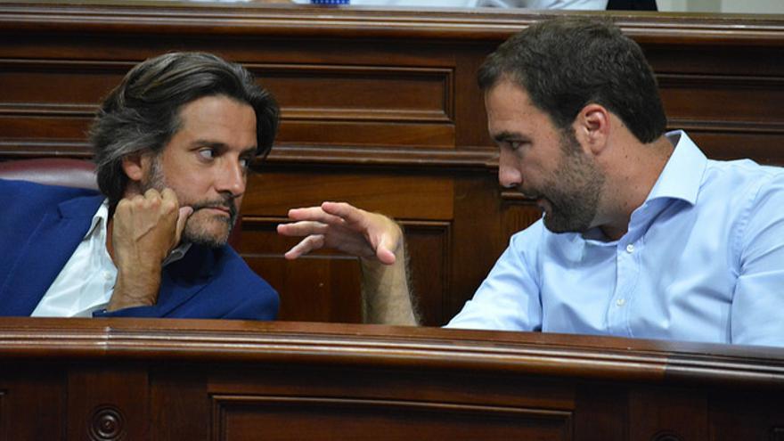 Gustavo Matos y Gabriel Corujo en el Parlamento de Canarias