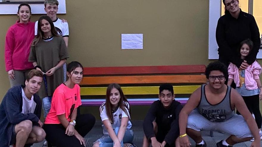 Los jóvenes junto al banco.