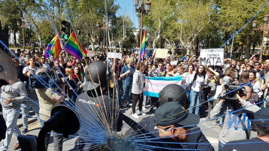 """HazteOir recurrirá el archivo de la querella contra los que """"apedrearon"""" su autobús en la capital"""