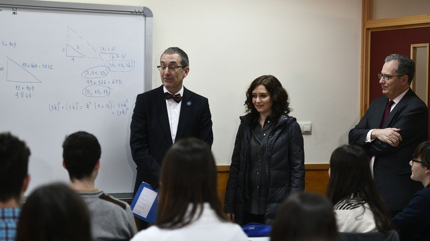 Díaz Ayuso y el consejero de Educación durante su visita al Instituto San Mateo para conocer el Programa de Bachillerato de Excelencia