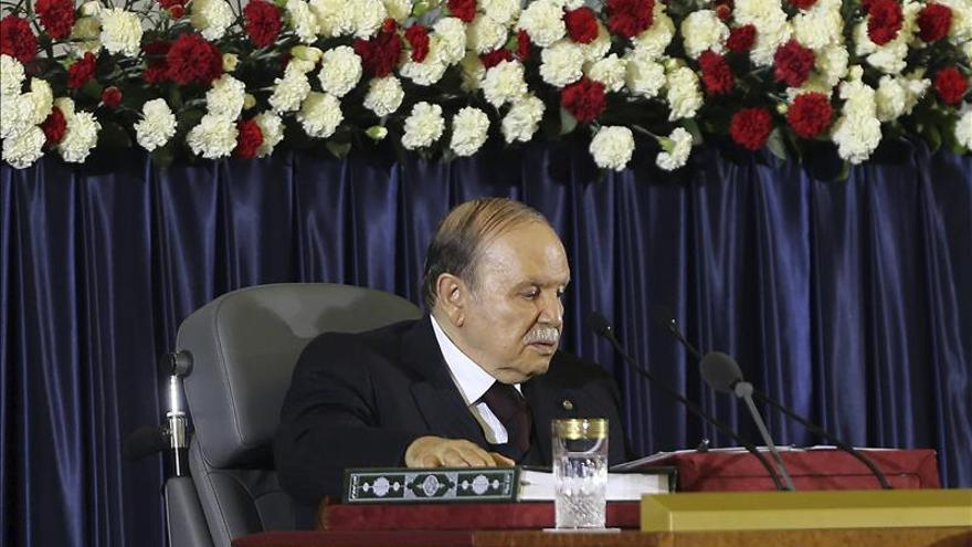 Buteflika insta a yihadistas a dejar las armas y sumarse a la Carta de Paz