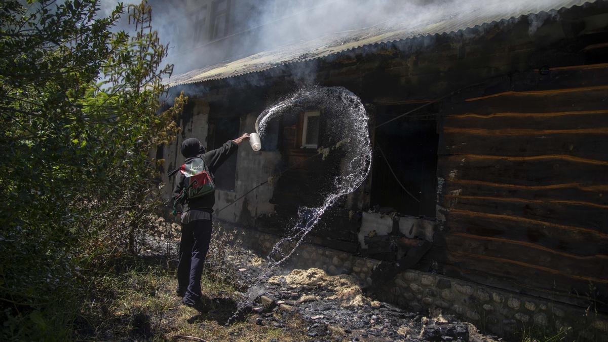 Tras la inspección de efectivos de la Policía Federal Argentina (PFA) al predio del ex Hotel Mascardi, hubo un incendio que los miembros de la comunidad mapuche Lof Lafken Winkul intentaron apagar.