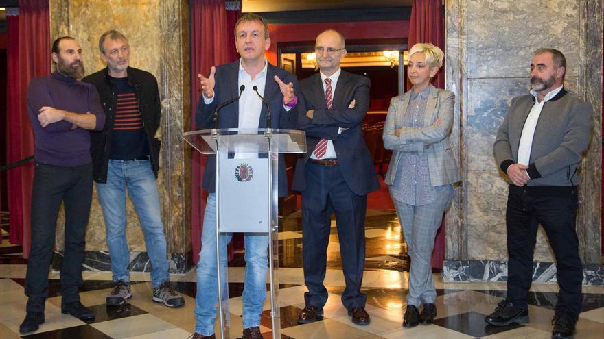 Fernando Rivarés y López Cabeza, en el centro, en la firma del acuerdo.