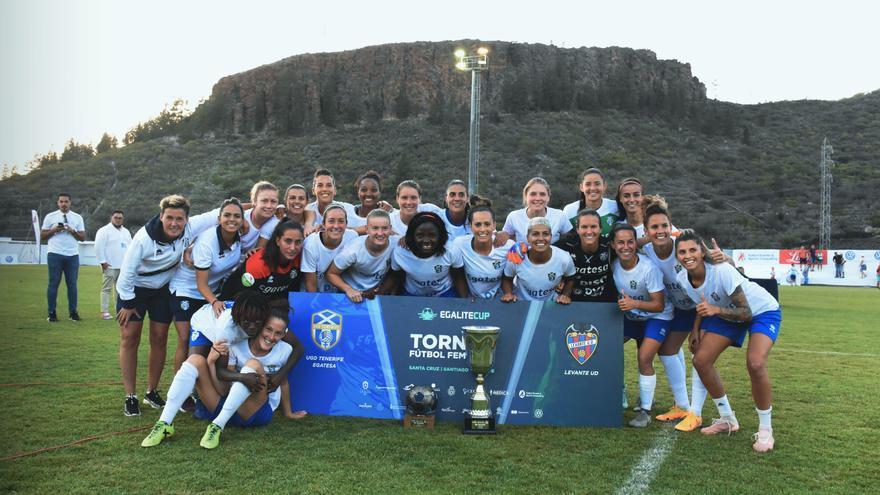 Las jugadoras del Granadilla celebran el trinugo logrado en la Egalité Cup