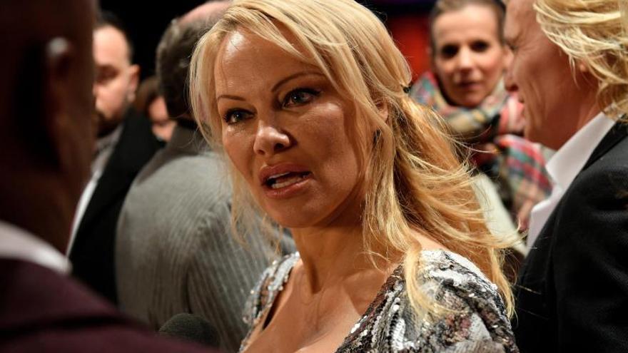 """Pamela Anderson describe su relación con Assange como una """"lucha romántica"""""""