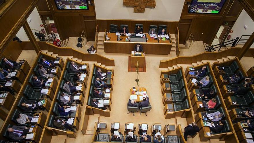 El Parlamento Vasco destituye a su jefe de Seguridad por el uso de tarjetas