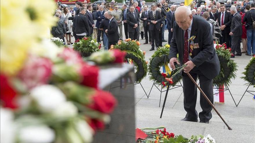 Merkel y Putin depositaron una ofrenda floral en la tumba al Soldado Desconocido