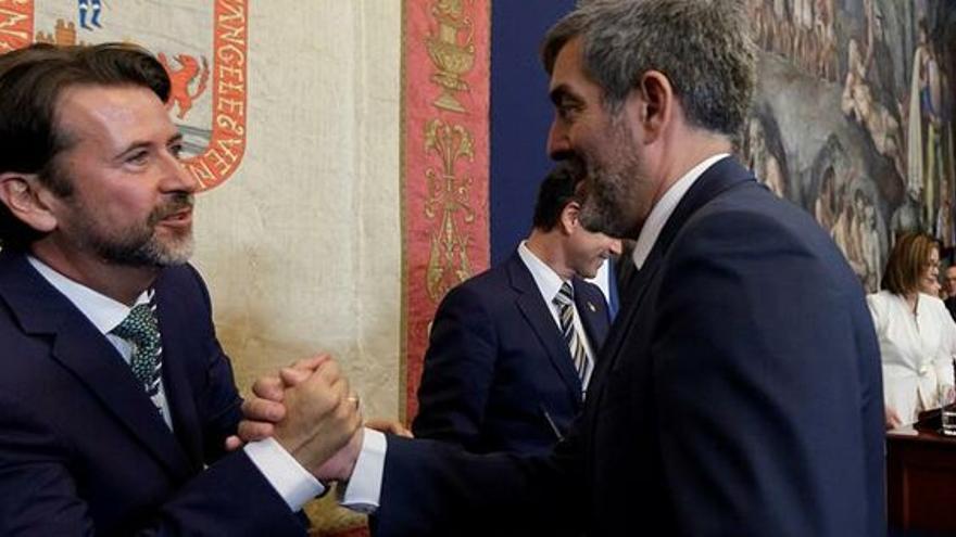 El presidente insular Carlos Alonso y Fernando Clavijo, entonces titular en funciones del Gobierno de Canarias, en el pleno de investidura del primero