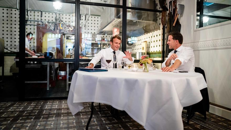 El presidente francés, Emmanuel Macron, y el primer ministro holandés, Mark Rutte, en La Haya el 24 por la noche.