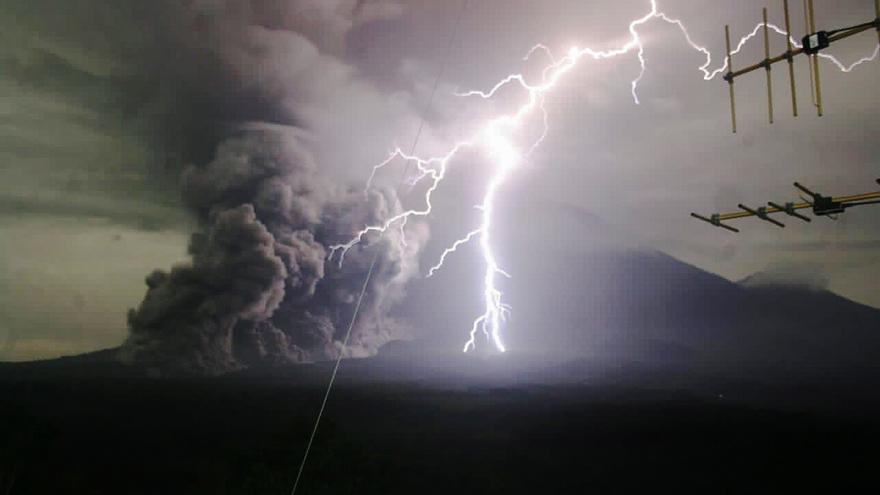 El volcán indonesio Semeru expulsa una columna de humo de hasta 2.000 metros