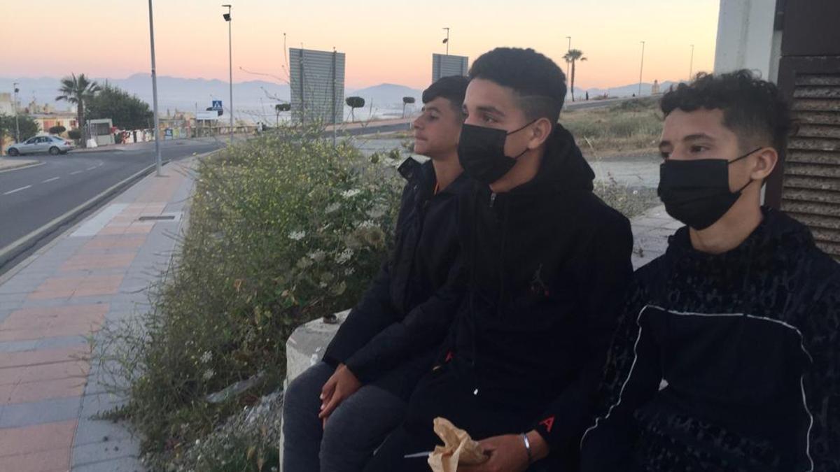 Tres menores pasan su primera noche en Ceuta en la calle
