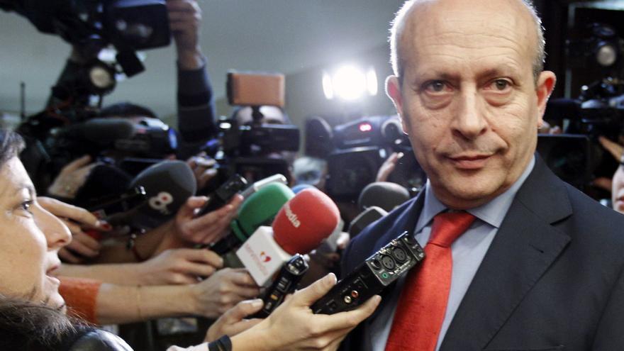 El ministro de Educación, Cultura y Deporte, José Ignacio Wert, atiende a la prensa a su llegada a la Comisión de Educación y Deporte. EFE
