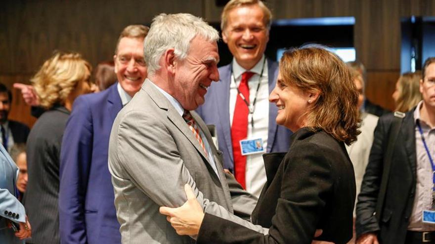 El secretario de Estado alemán de Medio Ambiente, Jochen Flasbarth, conversa con la ministra española para la Transición Ecológica, Teresa Ribera, antes del Consejo de titulares de Medio Ambiente que se celebra este martes en Luxemburgo.