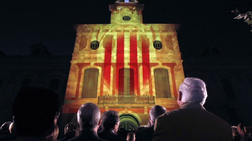 El Parlament tapa el escudo de Felipe V en su fachada con un escudo de Cataluña