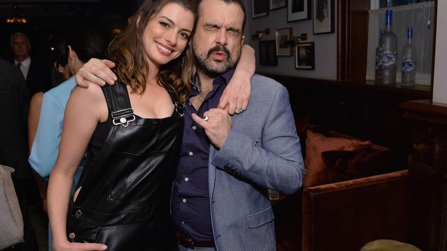 La actriz Anne Hathaway junto al director de 'Colossal', el español Nacho Vigalondo