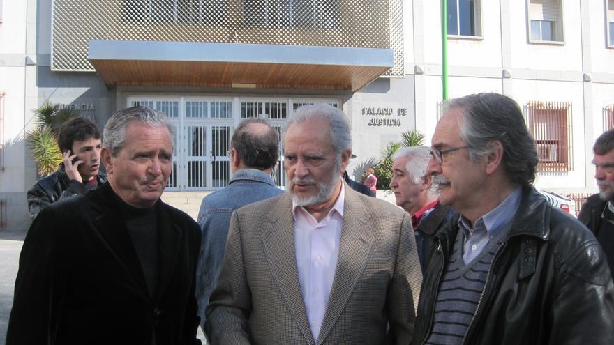 Los exalcaldes de Córdoba (de izqda. a dcha.) Herminio Trigo, Julio Anguita y Manuel Pérez, ante los juzgados de Córdoba.