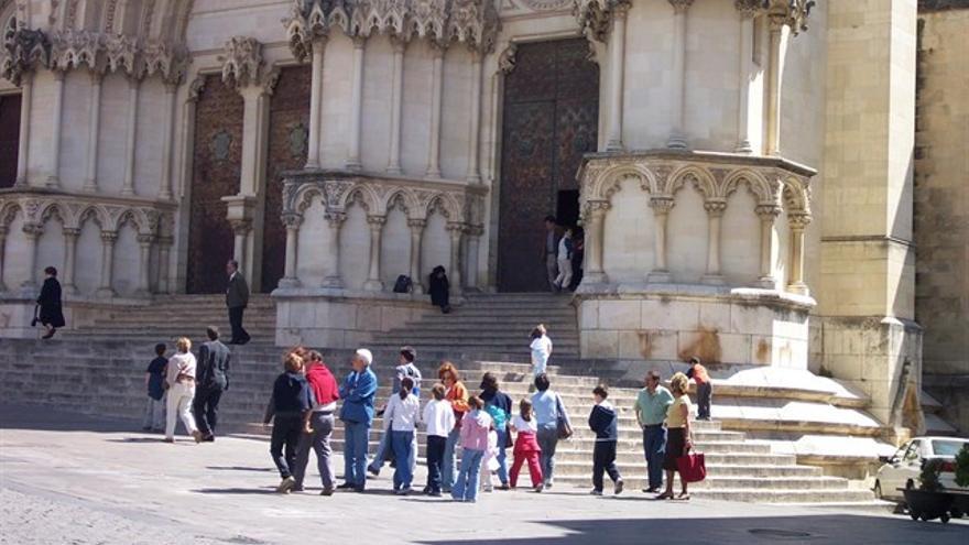 Turistas frente a la catedral de Cuenca