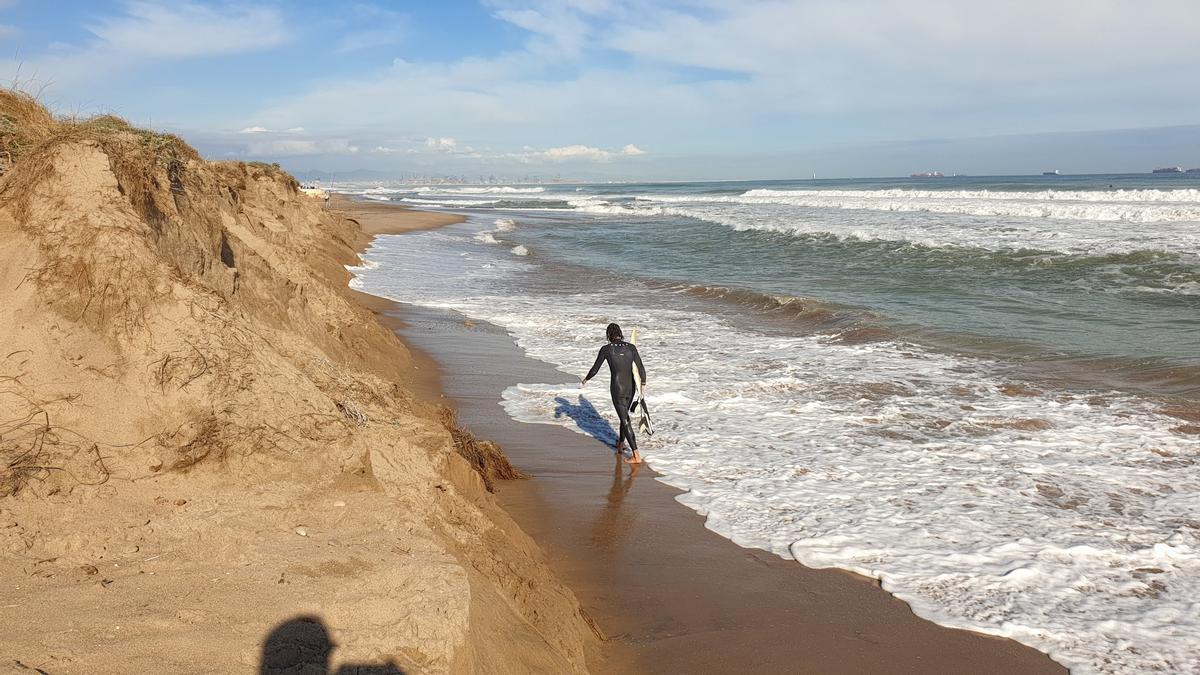 El oleaje golpea contra una duna de la playa de la Garrofera.